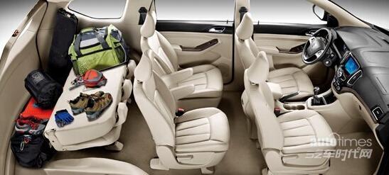 宝骏730是上汽通用五菱为中国大家庭量身定制的专属7座家用车,集7座超大空间、五星安全、驾乘皆宜、超值配置等特点于一身。这款上汽通用五菱首次采用前置前驱布局的7座车,相比五菱宏光S,是一款完全家用化的产品,同时也完全适合中国百姓的生活使用。   宝骏730整体造型时尚简约,新车前脸采用双条辐进气格栅,不规则造型的前大灯组与格栅相连。而车身侧面线条设计非常流畅,并配备了全新造型的五辐轮圈。车尾部分,尾灯采用与宝骏630相似的风格设计。据官方消息,新车的长宽高分别为4685/1785/1735mm,轴距