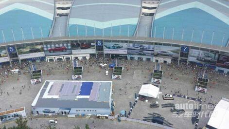 在空中盘旋,俯瞰成都国际车展现场,然后返回洛带机场,结束本次空中