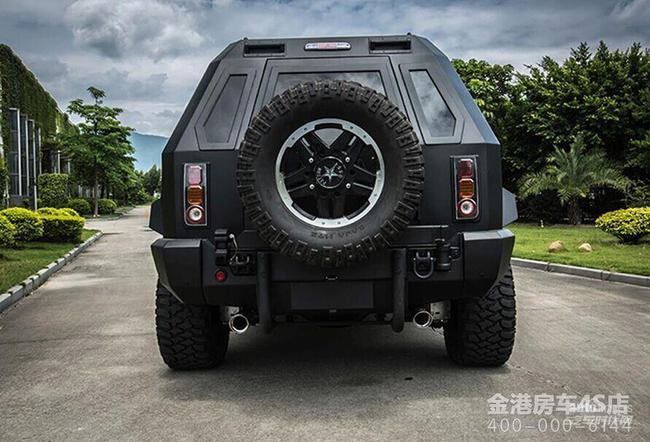 乔治巴顿越野车的外观霸气凌然,让人精神一振,但您俯身仔细观看,你会发现,乔治巴顿的轮胎和轮毂也经过专门设计,较深的轮胎花纹反映出该车极佳的抓地力,豪华的轮毂也为这个霸气爷们儿增色不少。此外,这部车还配备了四轮驱动系统,搭载的是V10发动机,排量为6.8L,搭配6挡自动变速器,称他为陆地之王也不过吧!