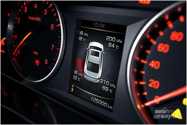 在全系标配一键启动,电子驻车,感应式雨刷以及双区恒温空调,电动调节
