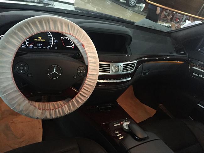 奔驰S63AMG顶配中控台复古简洁,触手所及用料及做工很值得称道。钢琴键式的按钮布局显得高贵而典雅,中控台正上方是一块出自万国表(IWC)之手的石英表。座椅侧垫可根据汽车的运动状态自动进行动态调节,确保始终可以获得可靠的支撑——尤其在转弯时。