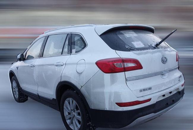 【编者按】日前,我们从相关渠道获得了一组新款北汽幻速S6的低伪装谍照。新车外观和内饰均与在售车型保持一致,或针对进气格栅和配置进行一定优化,预计于明年正式上市销售。     从谍照来看,新款北汽幻速S6在外观和内饰方面与现款车型基本一致,前进气格栅或在现款车型基础上提供新的选择。根据此前的报道,新车将配有自动大灯、17英寸铝合金轮圈、全景天窗、车窗一键升降、车身稳定控制系统、无钥匙进入/一键启动等配置。    动力方面作为参考,现款北汽幻速S6全系采用1.