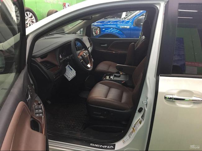 丰田塞纳中控台上路设置了前排空调控制及部分车辆